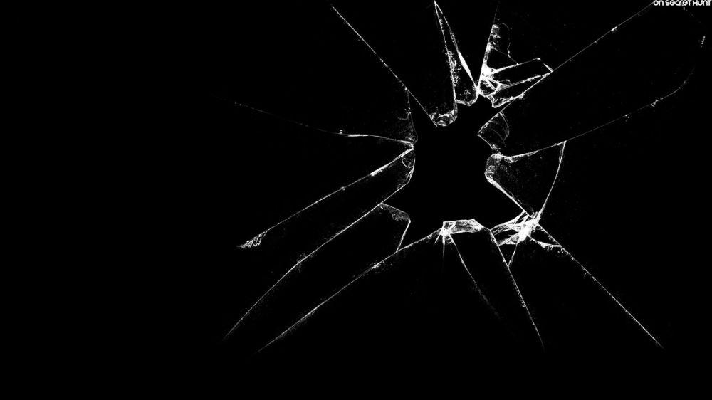 Foto daqui http://www.onsecrethunt.com/wallpaper/3d-broken-glass-wallpaper/46904/
